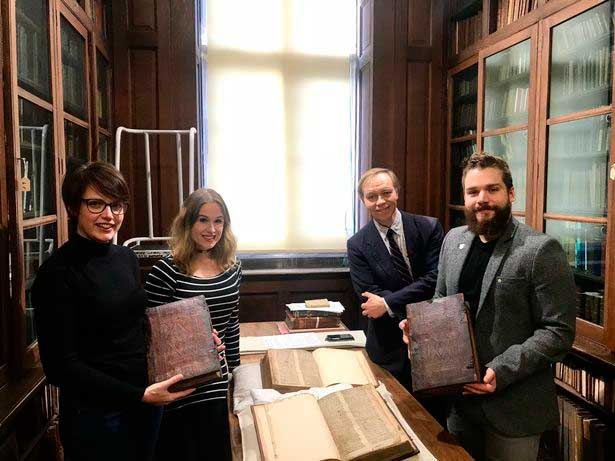 Da esquerda para a direita: Leah Tether, Laura Chuhan Campbell, Michael Richardson e Benjamin Pohl na Sala de Livros Raros da Biblioteca Central de Bristol | University of Bristol